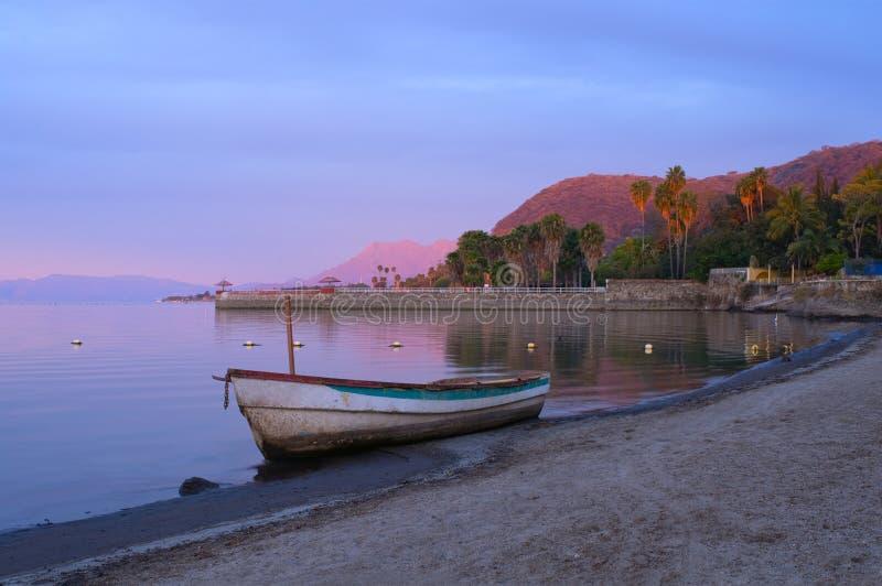 Point du jour sur des rivages de Chapala de lac photos libres de droits