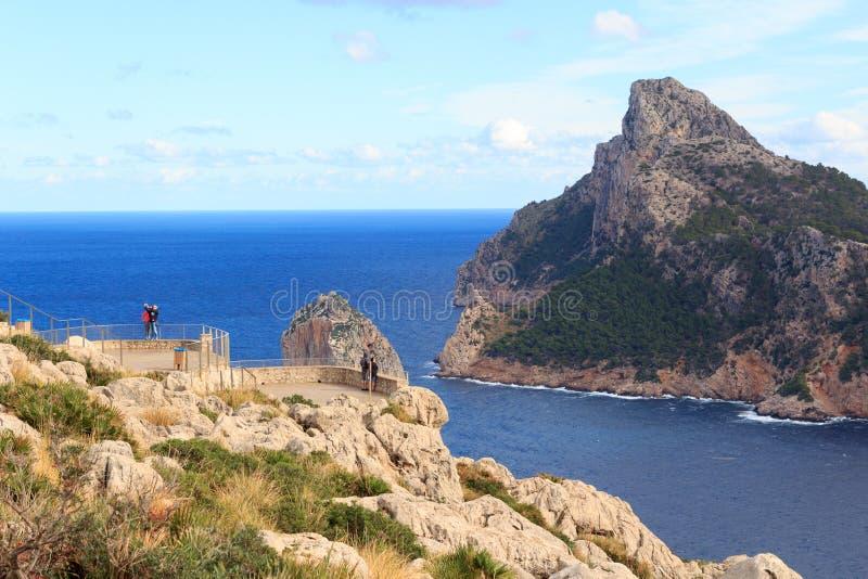 Point Mirador es Colomer de surveillance à la côte de falaise de Cap de Formentor et à la mer Méditerranée, Majorca image libre de droits