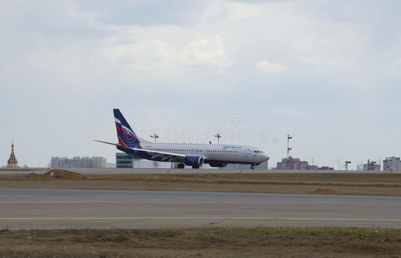 The point of tangency. The Boeing 737-800 (VQ-BVP) Aeroflot landing at Sheremetyevo airport royalty free stock images