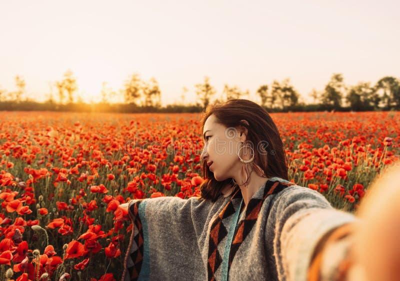 Point of View de la mujer hermosa que hace el selfie en campo de flor fotos de archivo libres de regalías