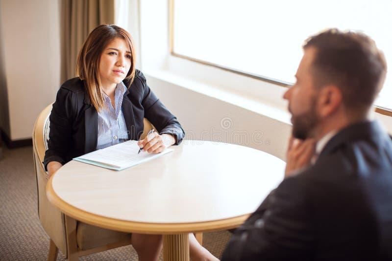 Point of View del hombre en una entrevista de trabajo foto de archivo libre de regalías