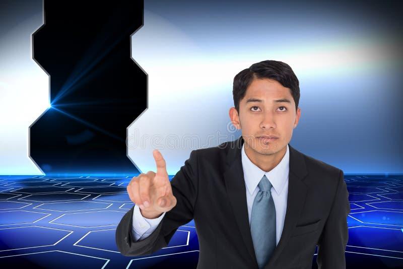 Pointage asiatique austère d'homme d'affaires photo stock