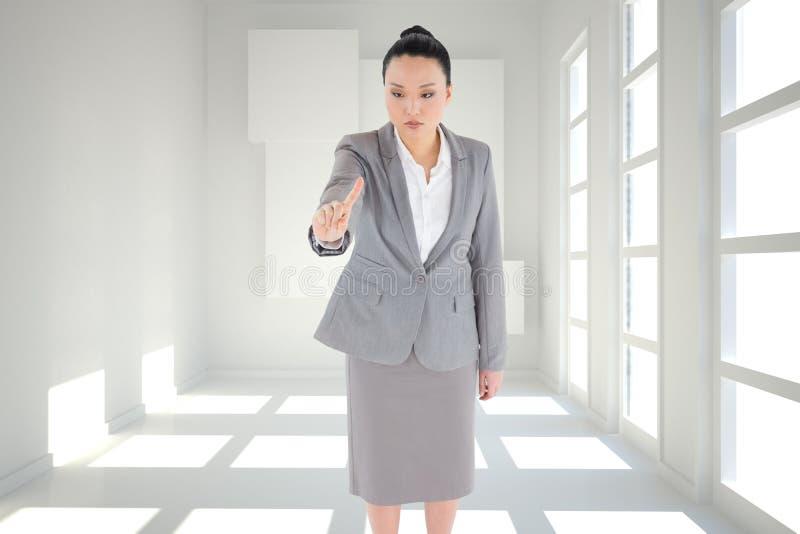 Pointage asiatique austère de femme d'affaires photos stock