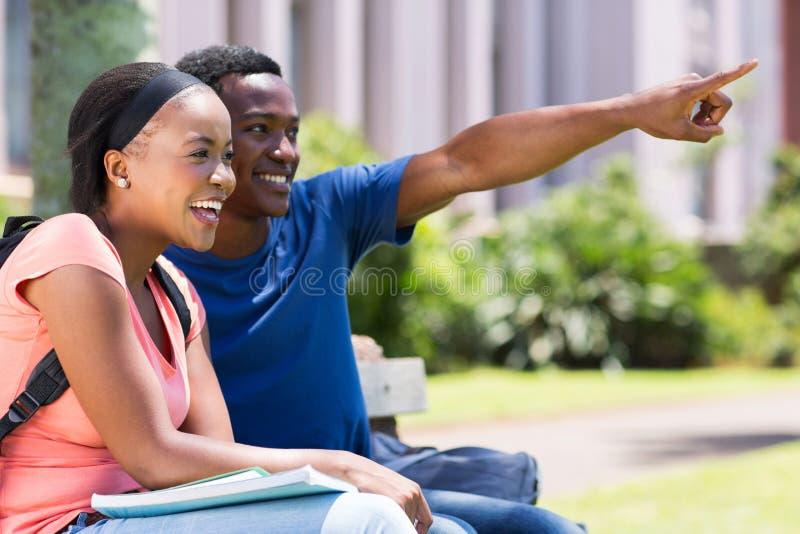 Pointage de couples d'université photos stock
