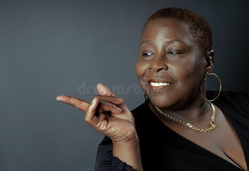 Pointage de femme de couleur photo libre de droits