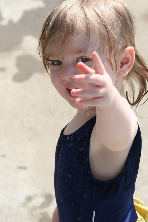 Pointage de petite fille images stock