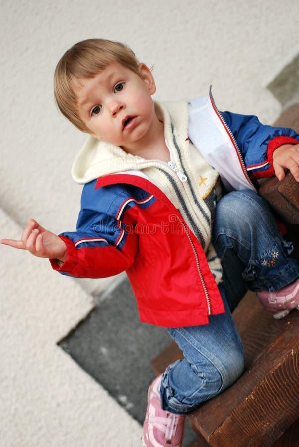 Pointage de petite fille photographie stock libre de droits