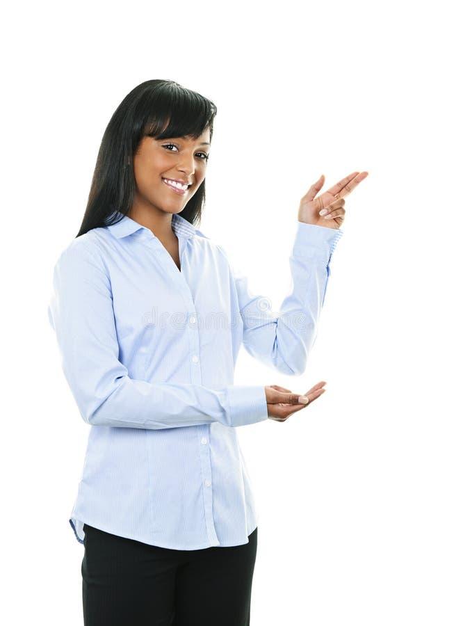 Pointage de sourire de jeune femme photographie stock libre de droits
