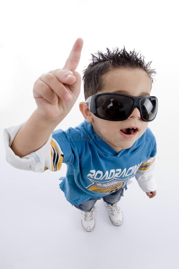 Pointage du petit garçon mignon avec des lunettes de soleil image stock