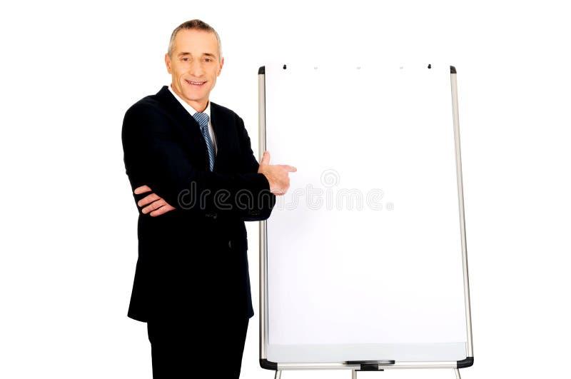 Pointage exécutif masculin sur le tableau de conférence images libres de droits