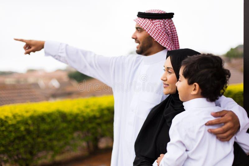 Pointage extérieur de famille musulmane photographie stock