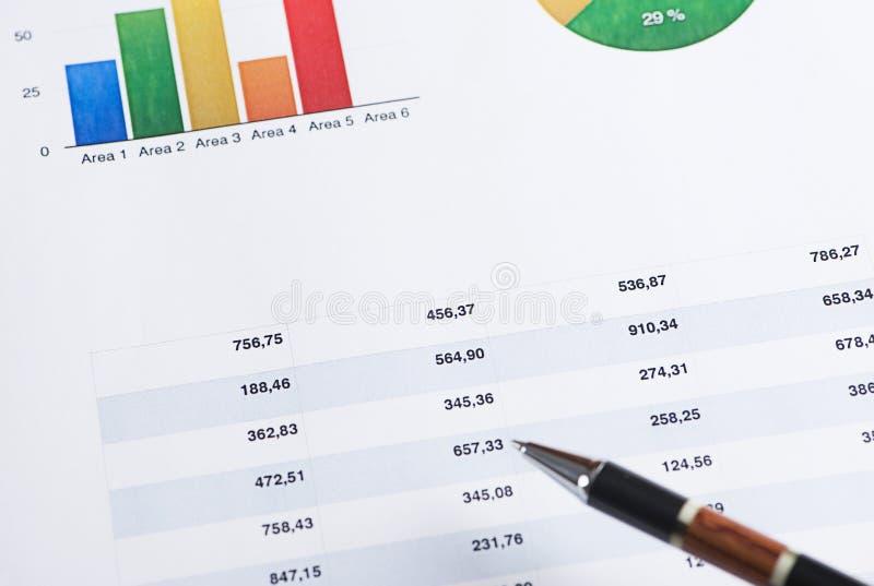 Pointage sur les graphiques colorés de finances photos libres de droits