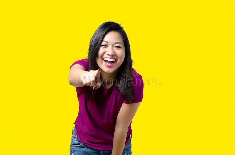 Pointage vivace riant de jeune femme image libre de droits
