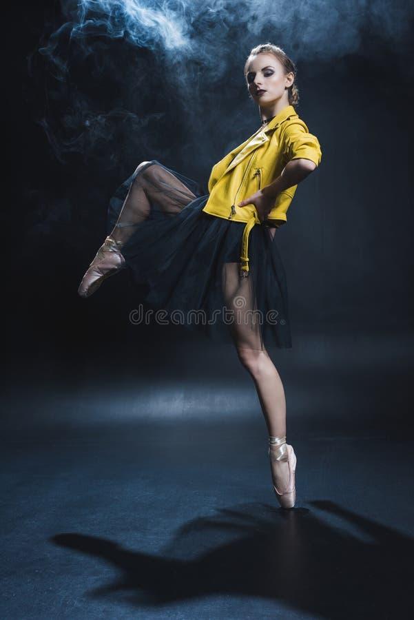 pointe鞋子和黑芭蕾舞短裙和黄色皮革的典雅的芭蕾舞女演员 免版税库存图片