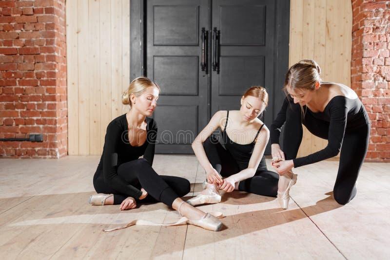 Pointe鞋子 年轻芭蕾舞女演员女孩 排练的妇女在黑紧身衣裤 准备一个戏剧演出 免版税库存图片
