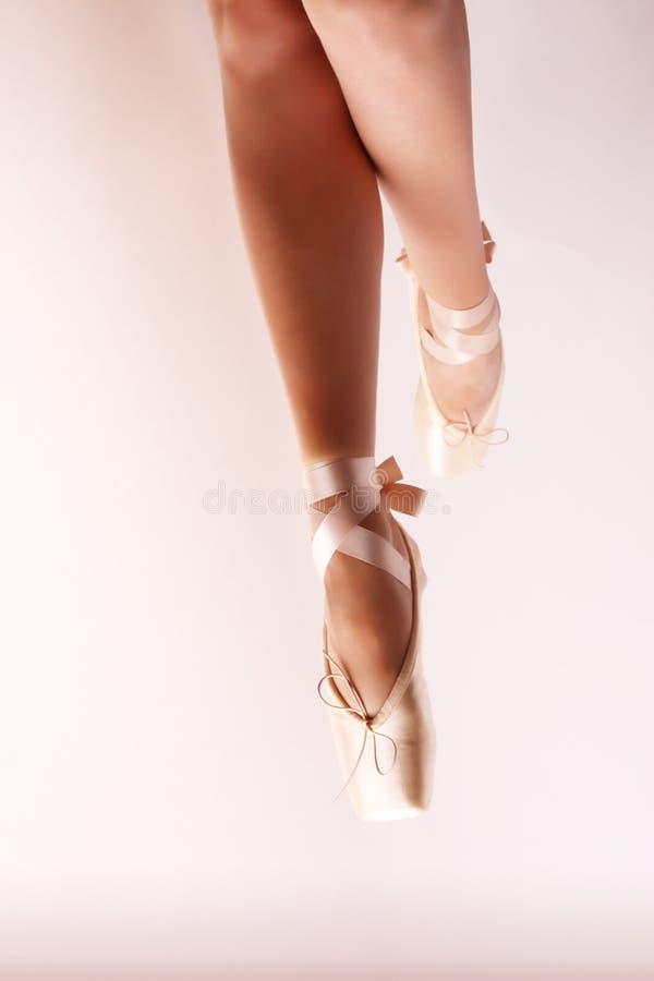 pointe baletniczy dancingowi buty zdjęcia royalty free