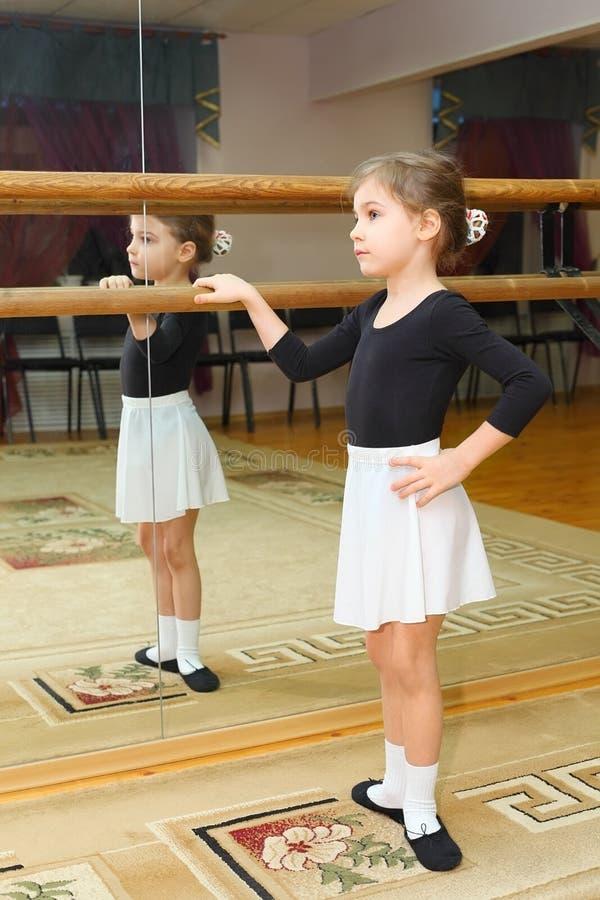 Pointe d'usure de petite fille dans la classe de ballet images stock