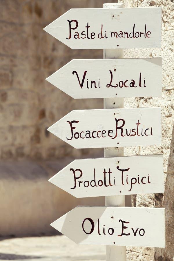 Pointe de flèche en bois de signe avec les produits typiques de l'Italien du sud de la Puglia de l'Italie photographie stock