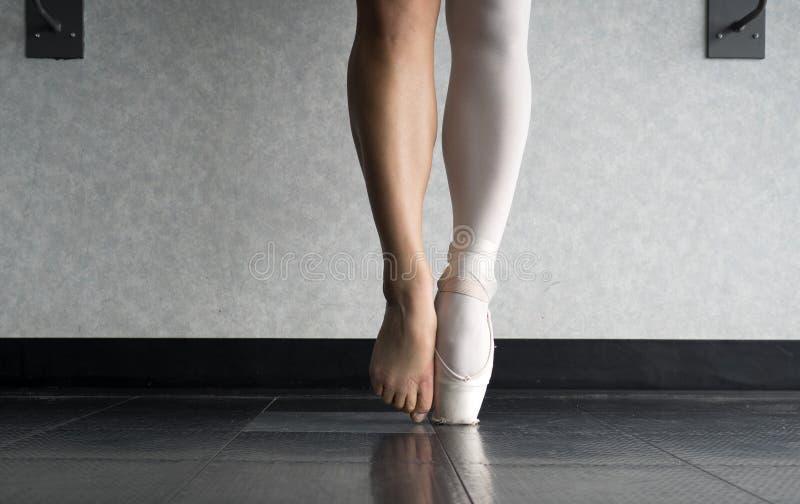Pointe do En e atrás das cenas de um trabalho duro e de um treinamento do ` s do dançarino de bailado fotografia de stock