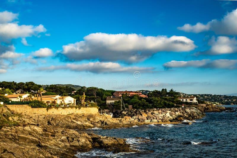 Pointe du corsaire Provence à la lumière du soleil d'or photo libre de droits