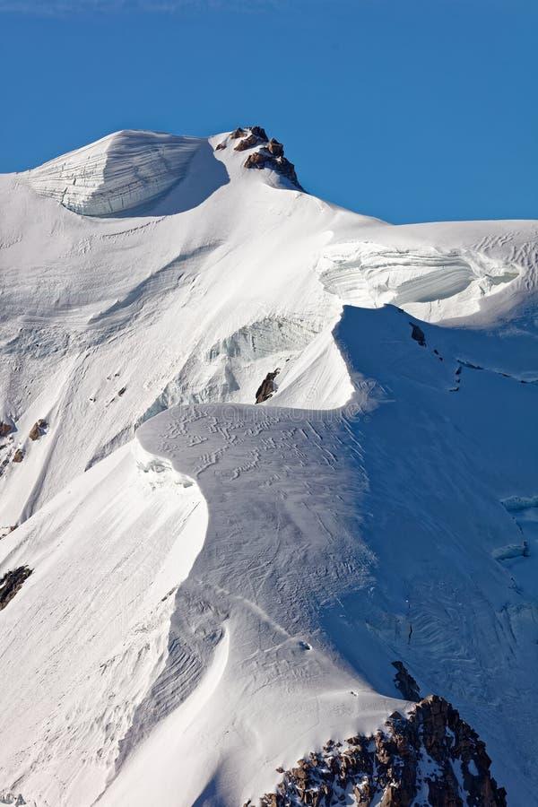 Pointe Lachenal, Chamonix, Südost-Frankreich, Auvergne-RhÃ'ne-Alpes Künstlerische Schneewehen schufen durch Energie des Winds bei stockfotos