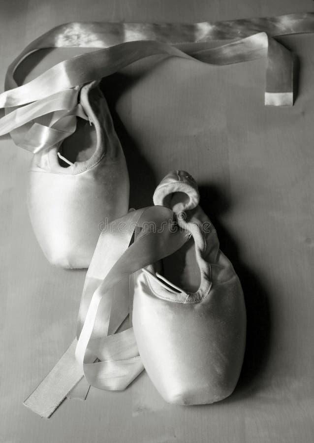 pointe shoes tappning royaltyfri foto