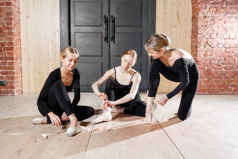Pointe skor Unga ballerinaflickor Kvinnor på repetitionen i svarta bodysuits Förbered en scenisk kapacitet arkivbilder
