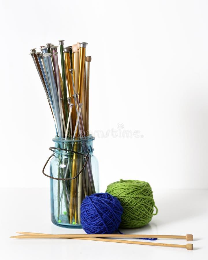 Pointeaux et fil de tricotage photographie stock
