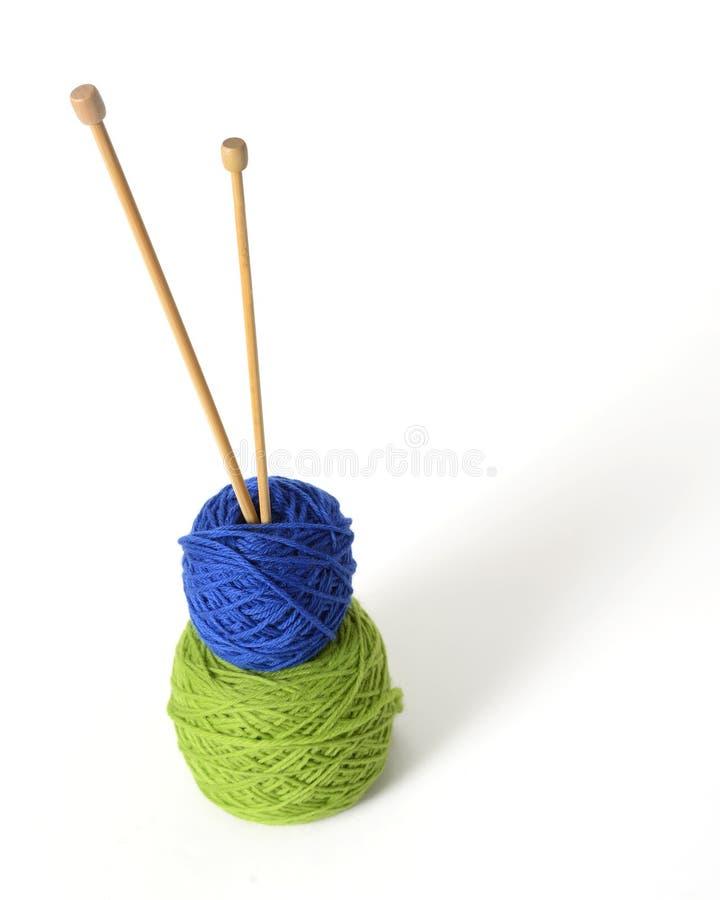 Pointeaux et fil de tricotage en bambou images stock