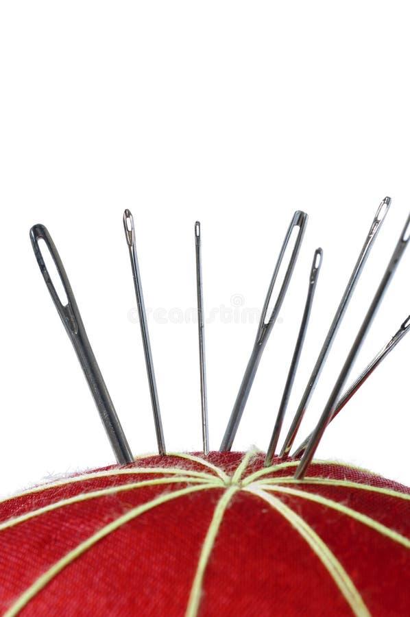 Pointeaux sur un coussin rouge de broche photo libre de droits