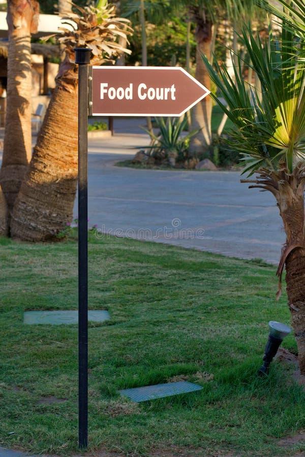 Pointer karmowy sąd wewnątrz outdoors, w postaci strzała o zdjęcie royalty free
