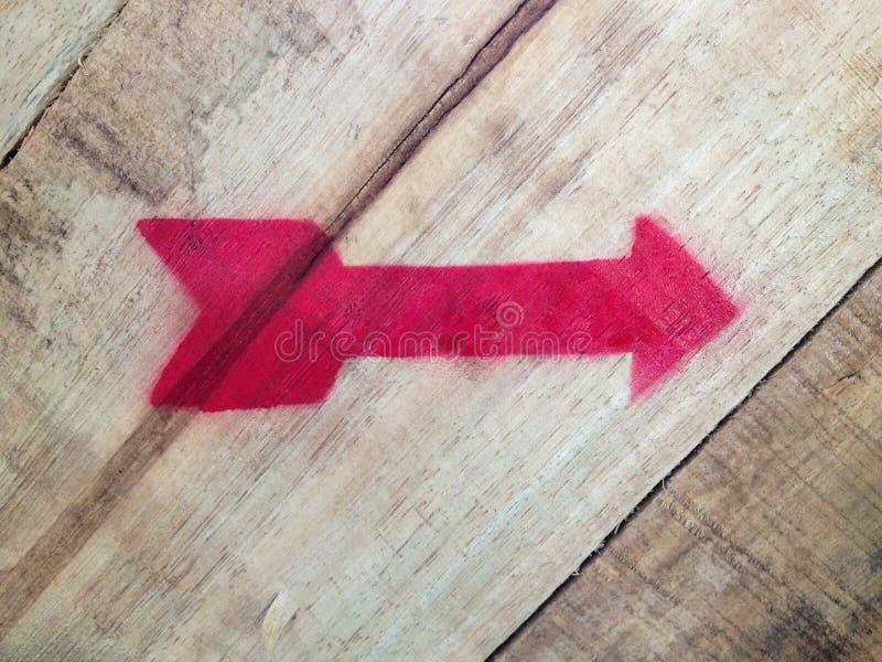 Pointer strzała czerwony kolor na drewnianym tle obraz royalty free