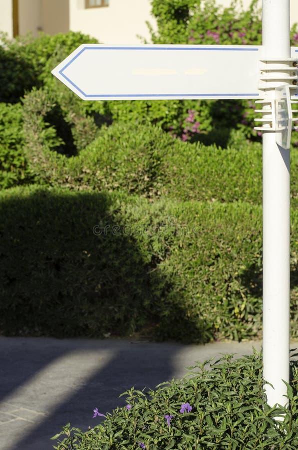 Pointeru kierunku biel outdoors obraz stock