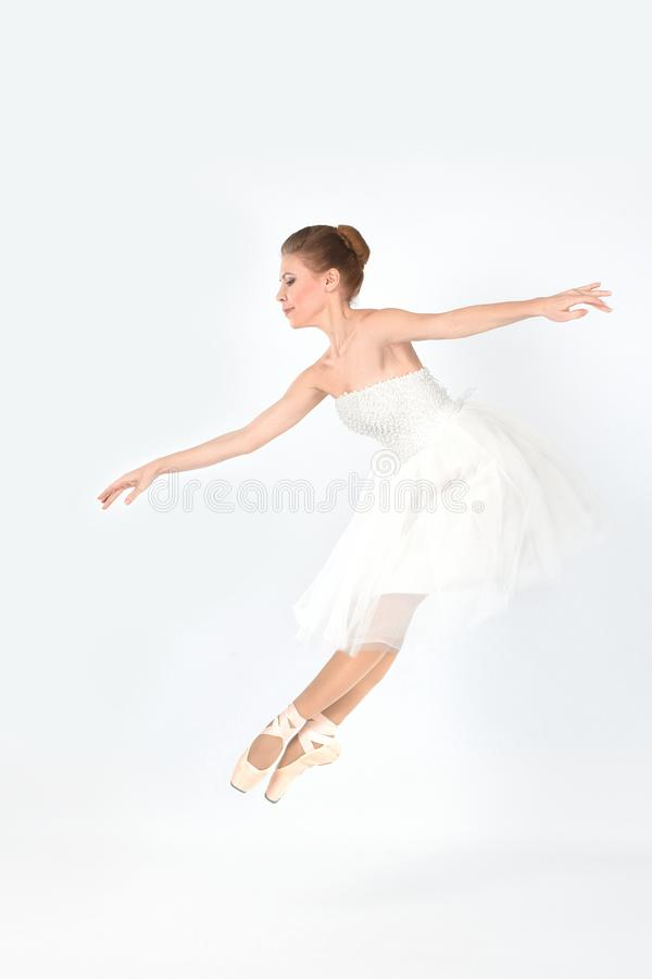pointes和礼服的芭蕾舞女演员在一白色backgroun跳舞 免版税库存图片