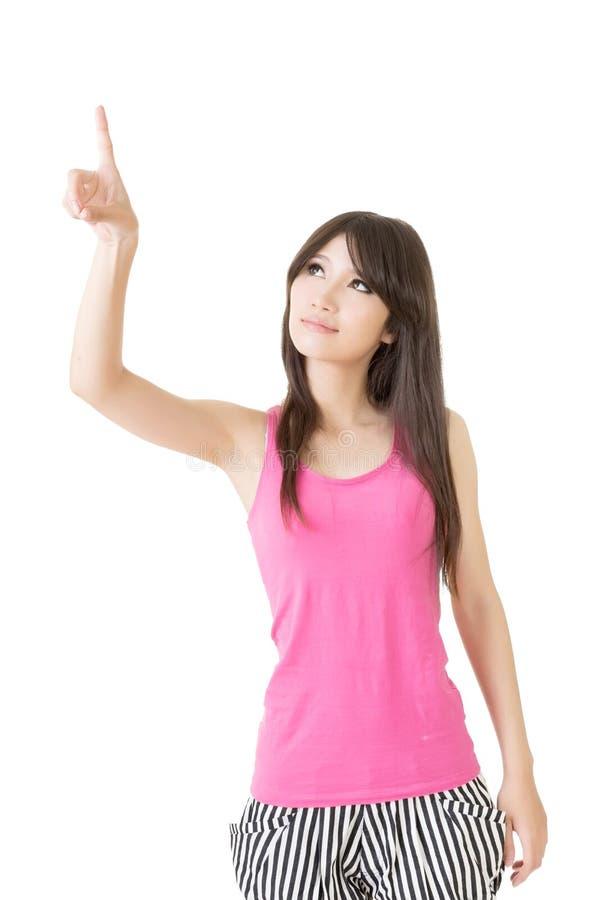 Pointin женщины детенышей довольно азиатское стоковые фотографии rf