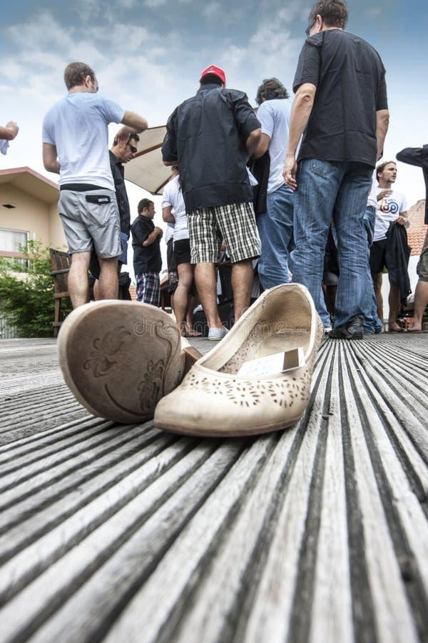 POINTNOIRE/CONGO - 18 MAGGIO 2013 - scarpe della donna con gli uomini nel fondo fotografia stock