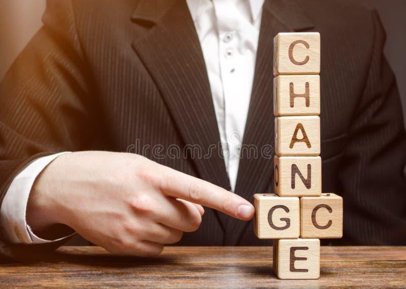 Points d'homme d'affaires aux blocs en bois avec le changement de mot à l'occasion Développement personnel Croissance de carrière image libre de droits