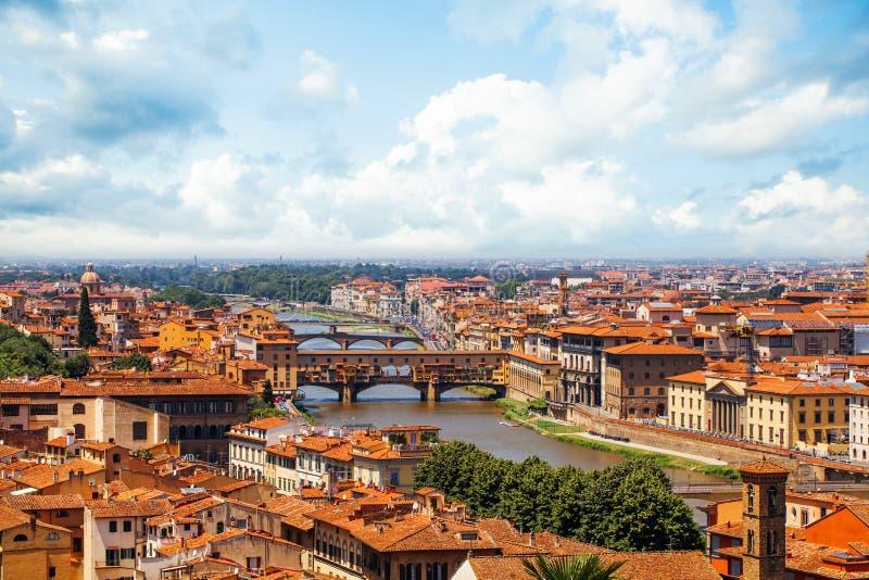 Points de repère de Firenze Florence, Italie Paysage urbain de panorama avec les toits et le pont rouges Ponte Vecchio et la rivi images stock