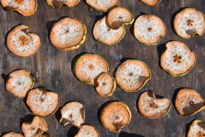 Poire de fruit coupée en tranches pour sécher de la manière traditionnelle dehors photo stock