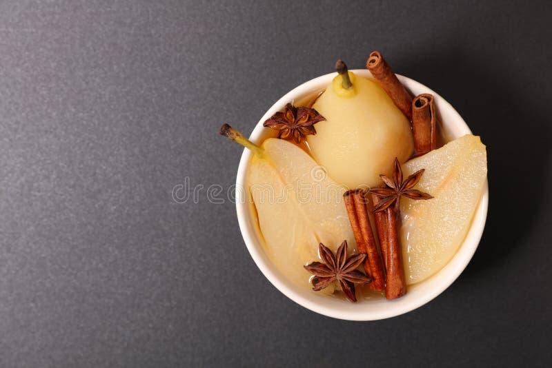 Poire et cannelle pochées photo stock