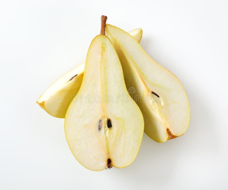 Poire jaune coupée en tranches images libres de droits