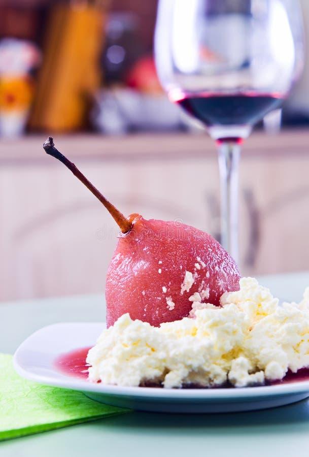 Poire pochée avec de la sauce à vin rouge image stock