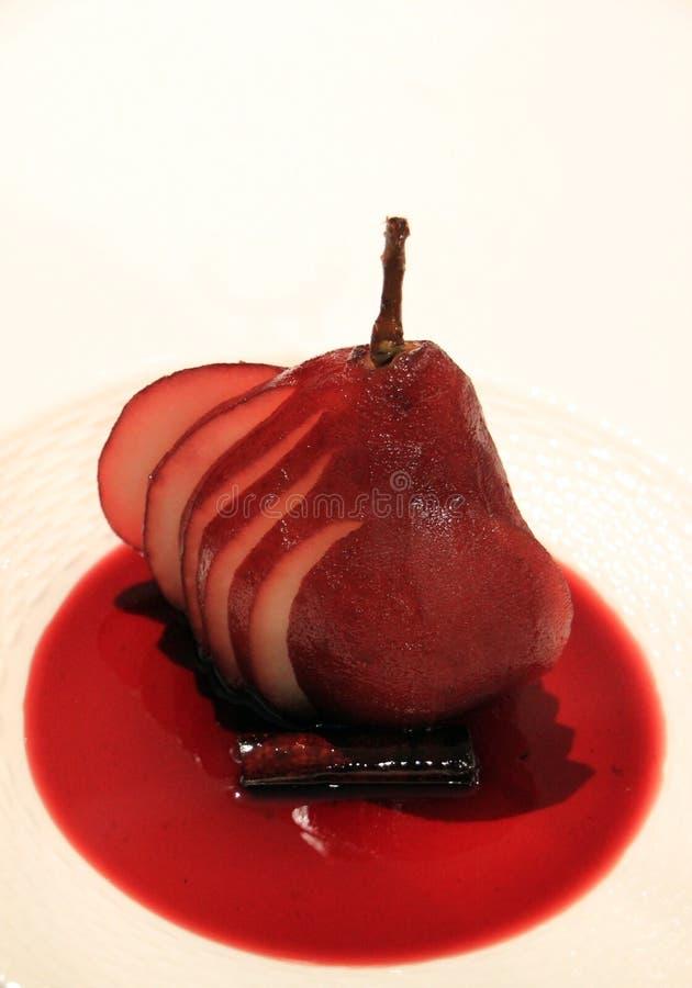Poire pochée de vin rouge image libre de droits