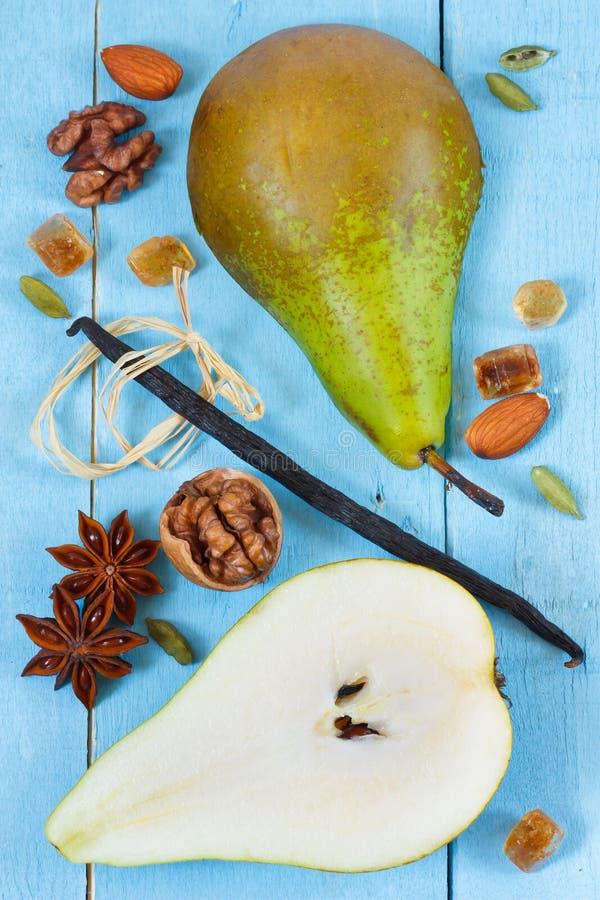 Poire, vanille et épices. images libres de droits