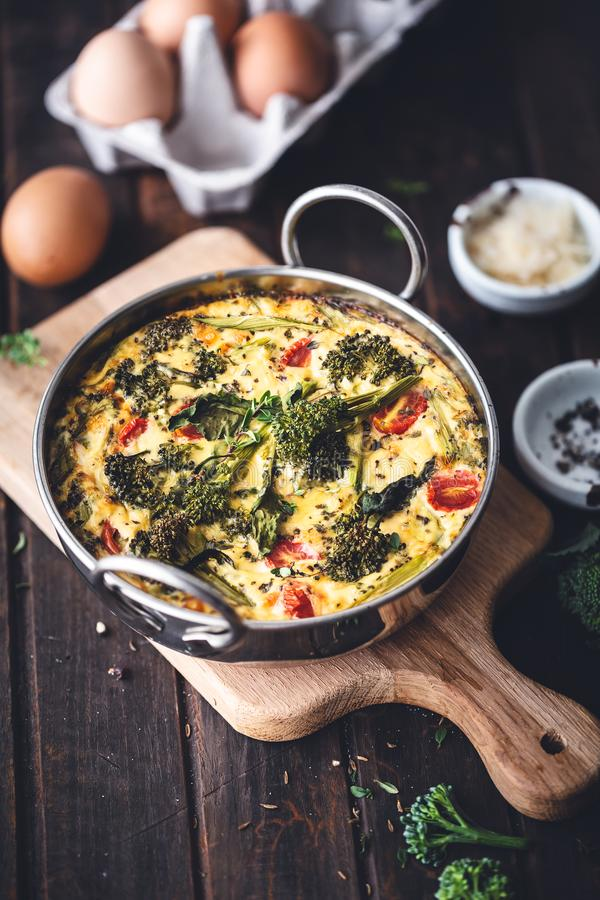 Poireaux, Frittata d'oeufs de brocoli avec le parmesan photos libres de droits