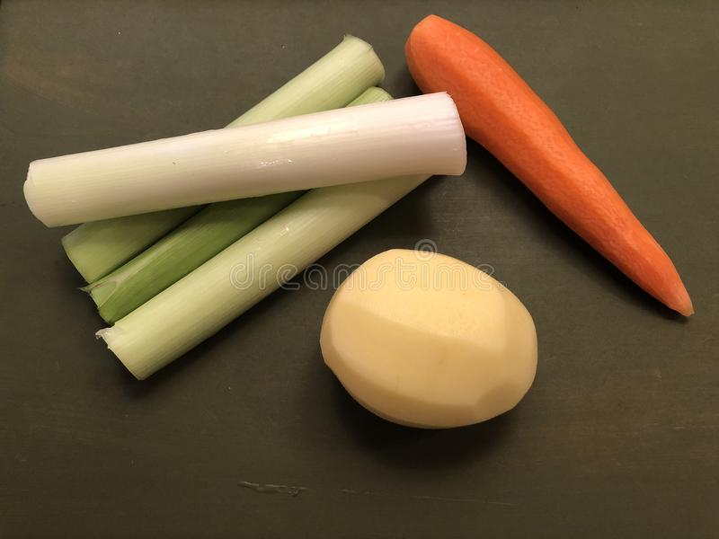 Poireaux végétaux mélangés, carotte, pommes de terre sur le fond en bois vert image libre de droits