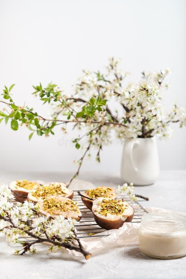 Poires cuites au four avec le mascarpone et les pistaches photos libres de droits