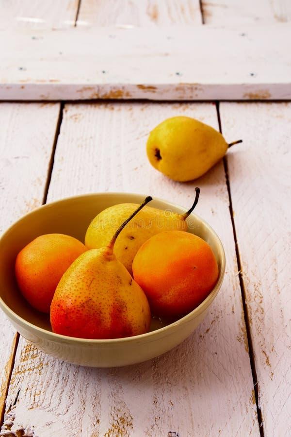 Poires et abricots photos stock
