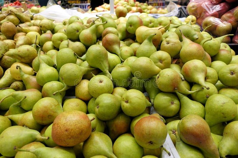 Poires organiques fraîches en vente à un marché d'agriculteurs photos libres de droits