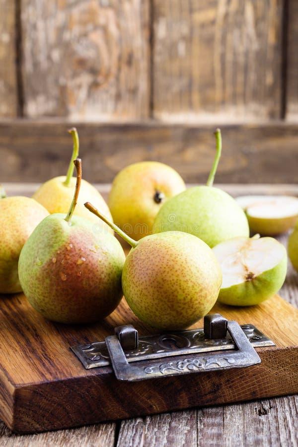 Poires organiques mûres sur la table en bois rustique photo stock
